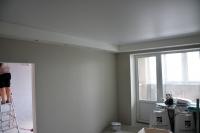 Многоуровневый потолочный короб со светильниками иготовые 3D панели вгостиной, обои настенах