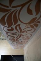 Ремонт ванной комнаты подизайн-проекту: расписной короб попериметру потолка вванной