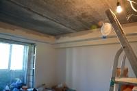 Монтаж ишпатлевание потолочного короба со светильниками вгостиной
