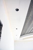 Монтаж многоуровневого потолка сложной формы сподсветкой вспальной комнате