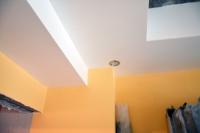 Итоговое фото потолочного короба со светильниками вдетской