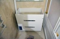 Ремонт ванной комнаты подизайн-проекту: сборка раковины сподстольем