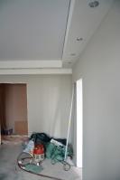 Многоуровневый потолочный короб со светильниками вгостиной