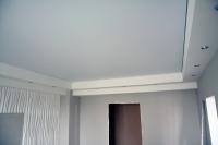 Многоуровневый потолочный короб со светильниками иготовые 3D панели вгостиной