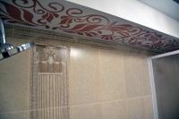 Ремонт ванной комнаты— короб сорнаментом напотолке