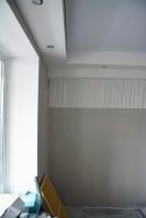 Многоуровневый потолочный короб со светильниками, откосы иготовые 3D панели вгостиной