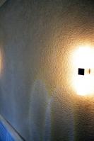 Отделка коридора квартиры декоративной штукатуркой короед имонтаж светильника