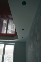 Короб срадиусами вуглах попериметру потолка накухне