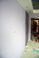 Короб попериметру потолка: светильники уже установлены